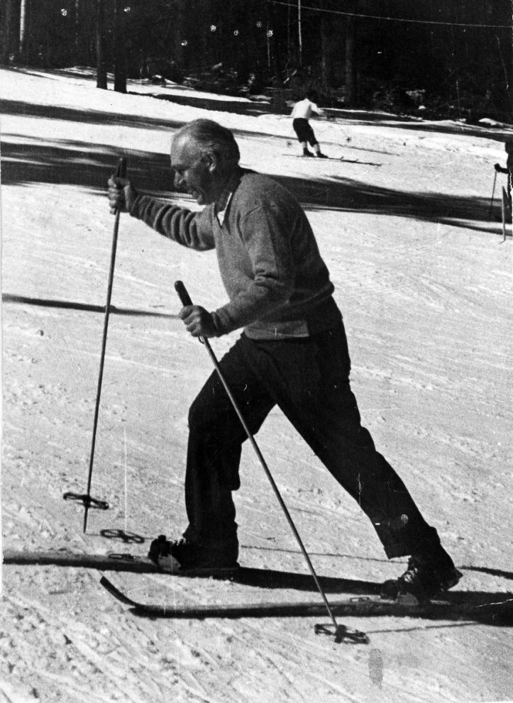 Niels Bohr skiing during the Manhattan Project.jpg