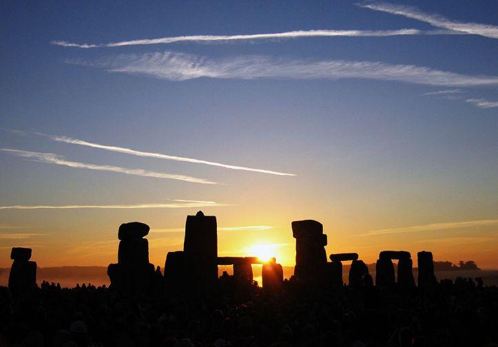 1024px-Summer_Solstice_Sunrise_over_Stonehenge_2005